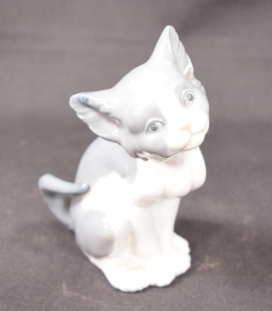 "Lladro Porcelain Cat Figurine Model #5113 ""Feed Me"""